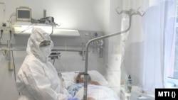 Koronavírusos beteget látnak el a Debreceni Egyetem Kenézy Gyula Egyetemi Kórházában 2020. október 15-én