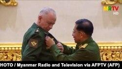 مین آنگ هلینگ رئیس دولت نظامی حاکم در میانمار (راست) با الکساندر فومین معاون وزیر دفاع روسیه.
