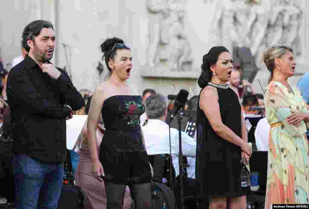 """Soliști de operă repetă înaintea concertului de deschidere al festivalului """"Promenada Operei""""."""