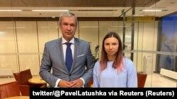 Kristina Țimanovskaia a fost întâmpinată în Polonia de Pavel Latușka, fost ambasador și ministru al Culturii în regimul Lukașenko, trecut de partea Opoziției după ce a văzut protestatari torturați, fugit din Belarus cu o mașină a corpului diplomatic.