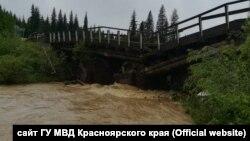 Разрушенный мост на реке Сейба в Красноярском крае