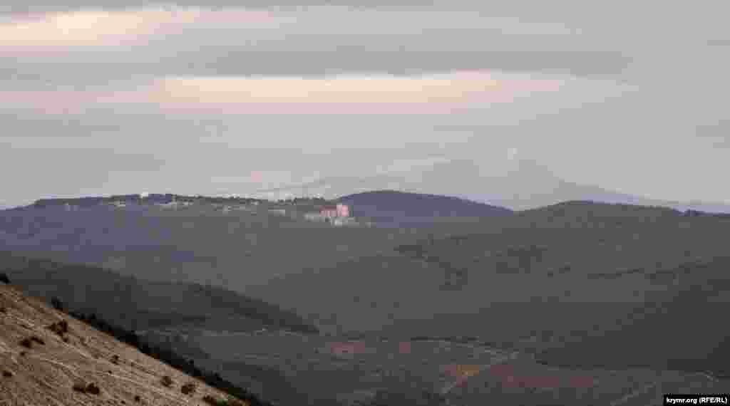 С Кыз-Кермена также хорошо просматриваются на фоне заснеженного Чатыр-Дага поселок крымских астрономов Научный и «консолевская» многоэтажка на его западной окраине
