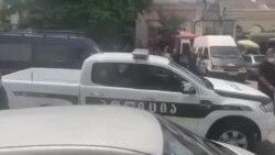 ბრალდებულები პოლიციის კორდონის დახმარებით შეიყვანეს