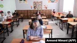 """Nxënësit në shkollën fillore """"Faik Konica"""" në Prishtinë gjatë mësimit plotësues. Prishtinë, 9 qershor, 2020."""