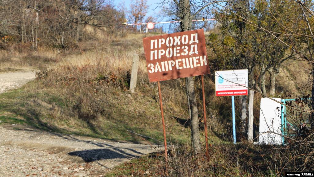 Проход и проезд запрещены. Территория водохранилища является санитарной зоной