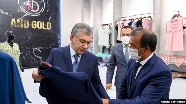 Шавкату Мирзияеву показывают продукцию швейно-трикотажного предприятия And Gold.