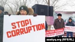 Аслан Джамалиев на переднем плане с плакатом «Stop corruption» в ходе митинга. Уральск, 8 декабря 2019 года.