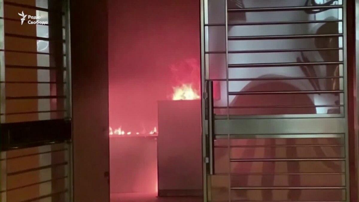 В Гонконге подожгли здание карантина больных на коронавирус – видео