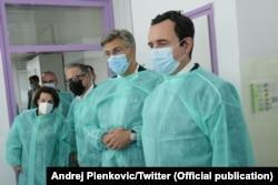 Kryeministri i Kosovës Albin Kurti dhe ai i Kroacisë Andrej Plenkoviq, teksa kanë vizituar të plagosurit në spitalin e Sllavonski Brodit.