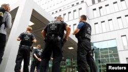 Алексей Навальный жатқан аурухана сыртын күзетіп тұрған полиция қызметкерлері. Берлин, 22 тамыз 2020 жыл.