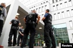 Наразі Навальний перебуває під цілодобовою охороною німецької поліції