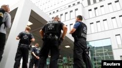 A kép illusztráció, német rendőrök állnak egy kórház előtt.