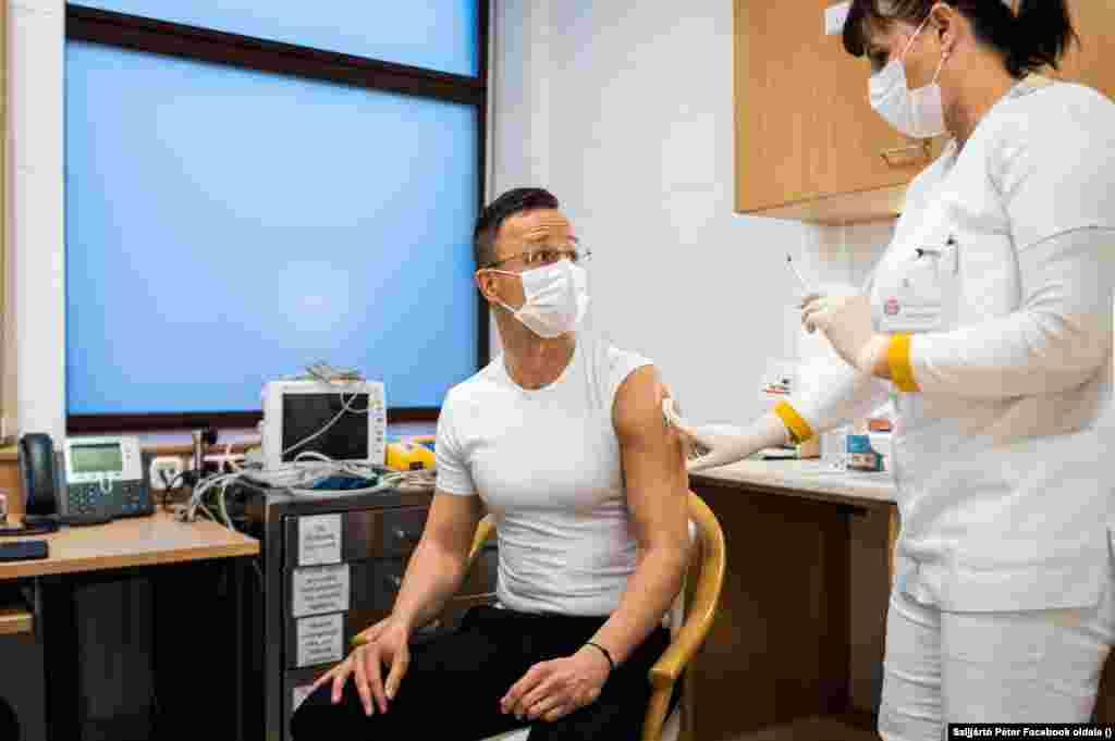 Szijjártó Péter a magyar miniszterelnökhöz hasonlóan közösségimédia-oldalán osztotta meg, megkapta a koronavírus elleni oltását. A magyar külügyminisztert az orosz Szputnyik V-vel oltották be március 19-én.