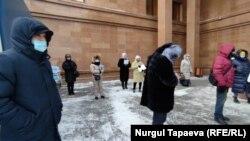 Группа недовольных решениями судов и государственных органов казахстанцев у здания канцелярии администрации президента. Нур-Султан, 24 февраля 2021 года.