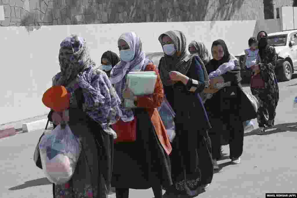 Hiljade Afganistanaca još uvijek se nada da će uspjeti da se ukrcaju na neke od posljednjih letova koji idu sa Međunarodnog aerodroma Hamid Karzai. I u subotu 28. avgusta ljudi su nastavili pristizati na glavni ulaz aerodroma u Kabulu.