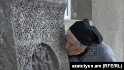 Սիրանույշ Մելիքյանը համբուրում է Խաչակապից բերված խաչքարը