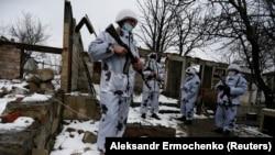Separatiștii susținuți de Rusia,în satul Zholobok din estul regiunii Luhansk, 23 martie 2021