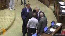 Բաց քվեարկություն եւ համբույրներ. Գալուստ Սահակյանը՝ ԱԺ նախագահ