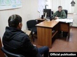 Шомастона Т. на допросе следователя в Нижнем Новгороде.