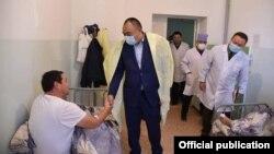 Ички иштер министри Улан Ниязбеков ооруканада жаткан күч кызматкерлери менен жолукту.