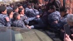 Разгон протестующих под крики «Позор!»