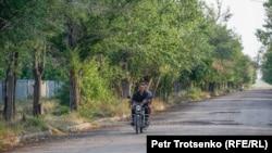 Подростки катаются на мотоцикле по селу Калачи. Акмолинская область, 29 июля 2020 года.