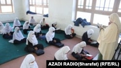 مهتاب محمدي په ټولګي کې د درس ورکولو پرمهال