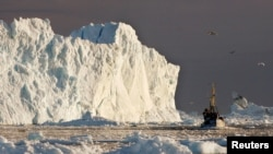 Ribarski brod plovi pored velikog ledenjaka, fjord Jakobshavns, Grenland