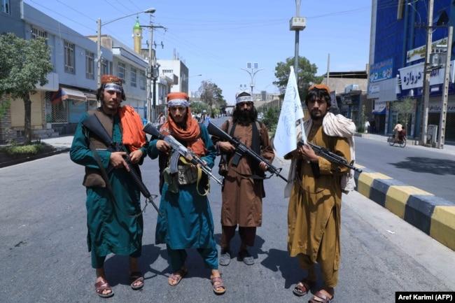 Talibanski borci na straži na putu u blizini Herata, 19. avgust 2021.