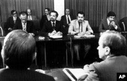 جمشید آموزگار (چپ) و احمد زکی یمانی در نشست وزیرات نفت کشورهای تشکیلدهنده اوپک در اکتبر ۱۹۷۳