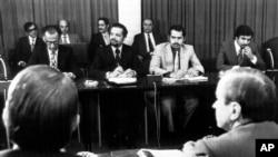 احمد زکی یمانی (نفر وسط) همراه با جمشید آموزگار (نفر اول از چپ) وزیر نفت ایران در حکومت محمدرضا شاه