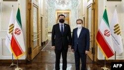 عباس عراقچی، معاون سیاسی وزیر خارجه ایران (راست) همراه با چوی جونگ کان، معاون اول وزارت خارجه کره جنوبی