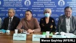 Участники движения «Халық билігі» на пресс-конференции в Алматы. 22 декабря 2020 года.