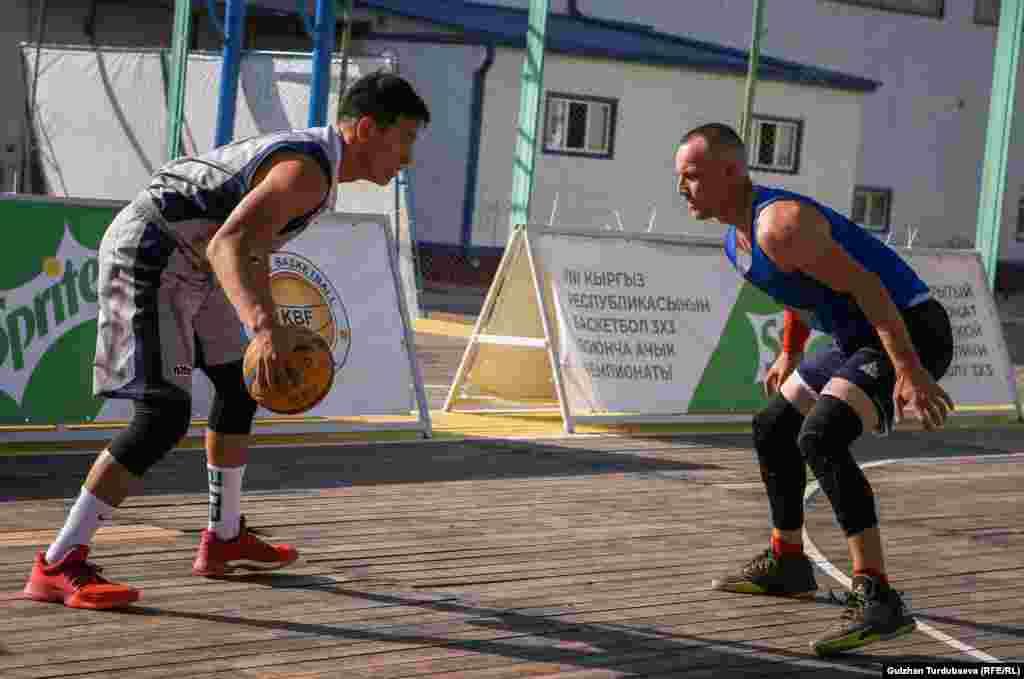 Кыргызстандагы эң мыкты баскетболчу Нуртай Субанбеков (солдо) оюн учурунда. Ал 2017-жылы Ашхабадда өткөн Жабык имараттардагы Азия оюндарына катышкан.