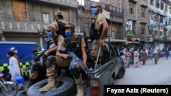 Katonák ellenőrzik a koronavírus pandémia miatt meghirdetett biztonsági intézkedések betartását Pesavarban, Pakisztánban, 2021. április 25-én