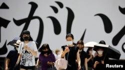 Луѓе со заштитни маски во Токио