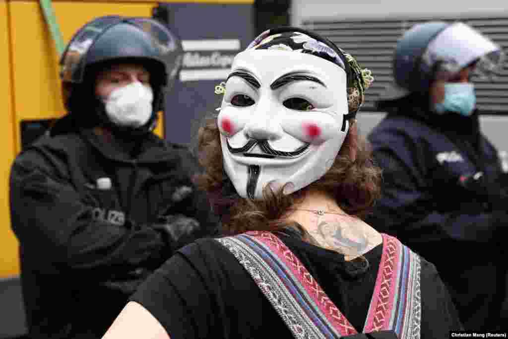 Egy nőGuy Fawkes-maszkban a tüntetésen