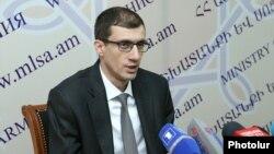 Armenia - Labor and Social Affairs Mesrop Arakelian speaks at a press conference in Yerevan, December 25, 2020.