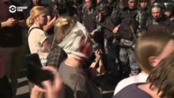 Polisiýa Moskwadaky protestçileri we oppozisiýa agzalaryny urýar we tussag edýär