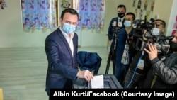 Premijer Kosova Aljbin Kurti prilikom glasanja u Tirani na parlamentarnim izborima u Albaniji 25. aprila 2021.
