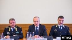 Dr. Kiss Attila az Országos Idegenrendészeti Főigazgatóság főigazgatója (balra)