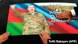 В Азербайджане продолжают праздновать свою фактическую победу в войне за возвращение Нагорного Карабаха – в частности, и цепляя портреты Ильхама Алиева на свои машины. Баку, 20 ноября 2020