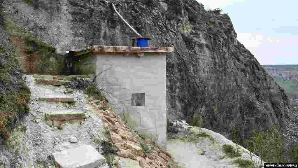 Від скиту вбитими в скелю металевими скобами можна піднятися на вершинне плато
