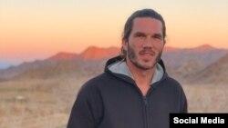 بنجامین بریر اردیبهشت ماه سال گذشته پس از آنکه «یک پهپاد» را در دشتهای نزدیک به مرز ایران و ترکمنستان به پرواز درآورد، بازداشت شد