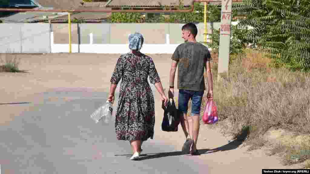 Не только на транспорте, но и пешком передвигаются по селу угловчане