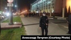 Около мемориала довольно много сотрудников полиции. Фото: Александр Пичугин