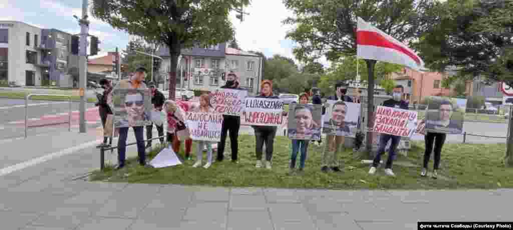 Беларусы Варшавы выйшлі з плякатамі,фота чытача