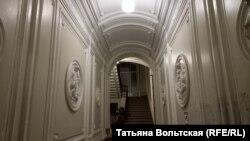 Лестница, где стояли статуи греческих богов