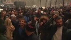 Polis aksiyaçıları su və göz yaşardan qazla dağıdır