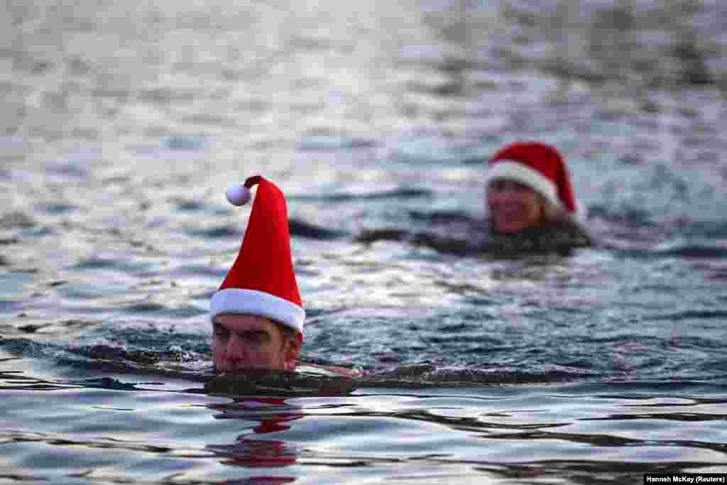 December 25-én többen megmártóztak a Serpentine-tóban a londoni Hyde Parkban.